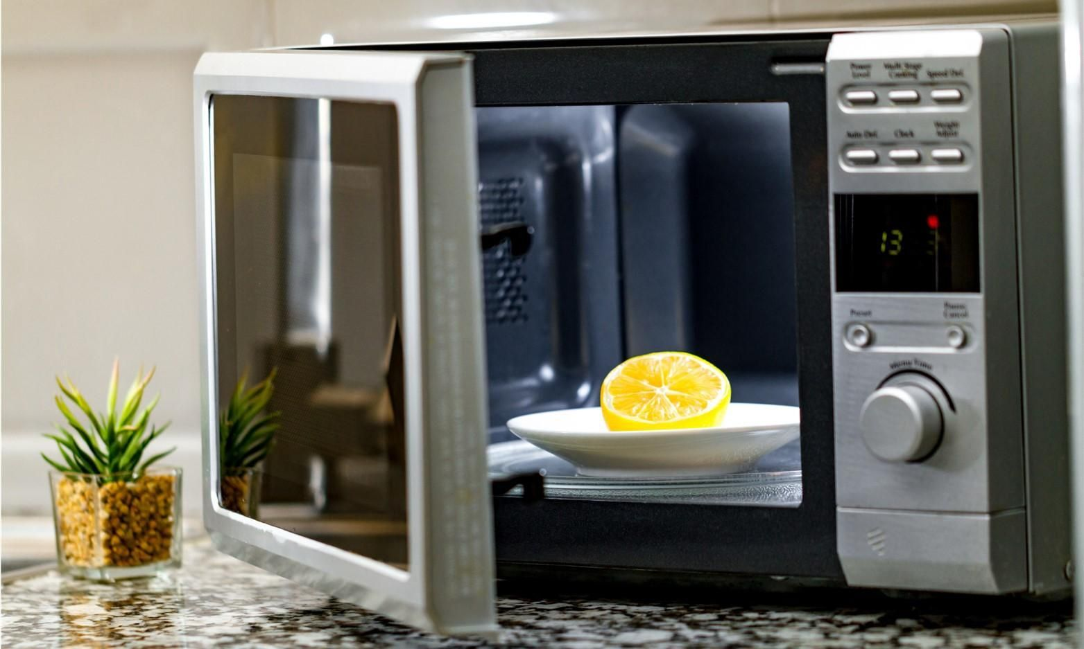 How to Deep Clean your Microwave the Natural Way